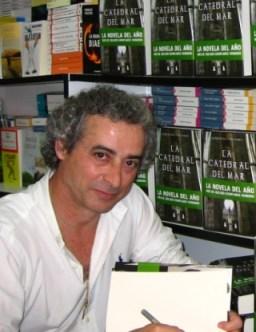 Ildefonso Falcones firmando en la Feria del Libro de Madrid de 2006
