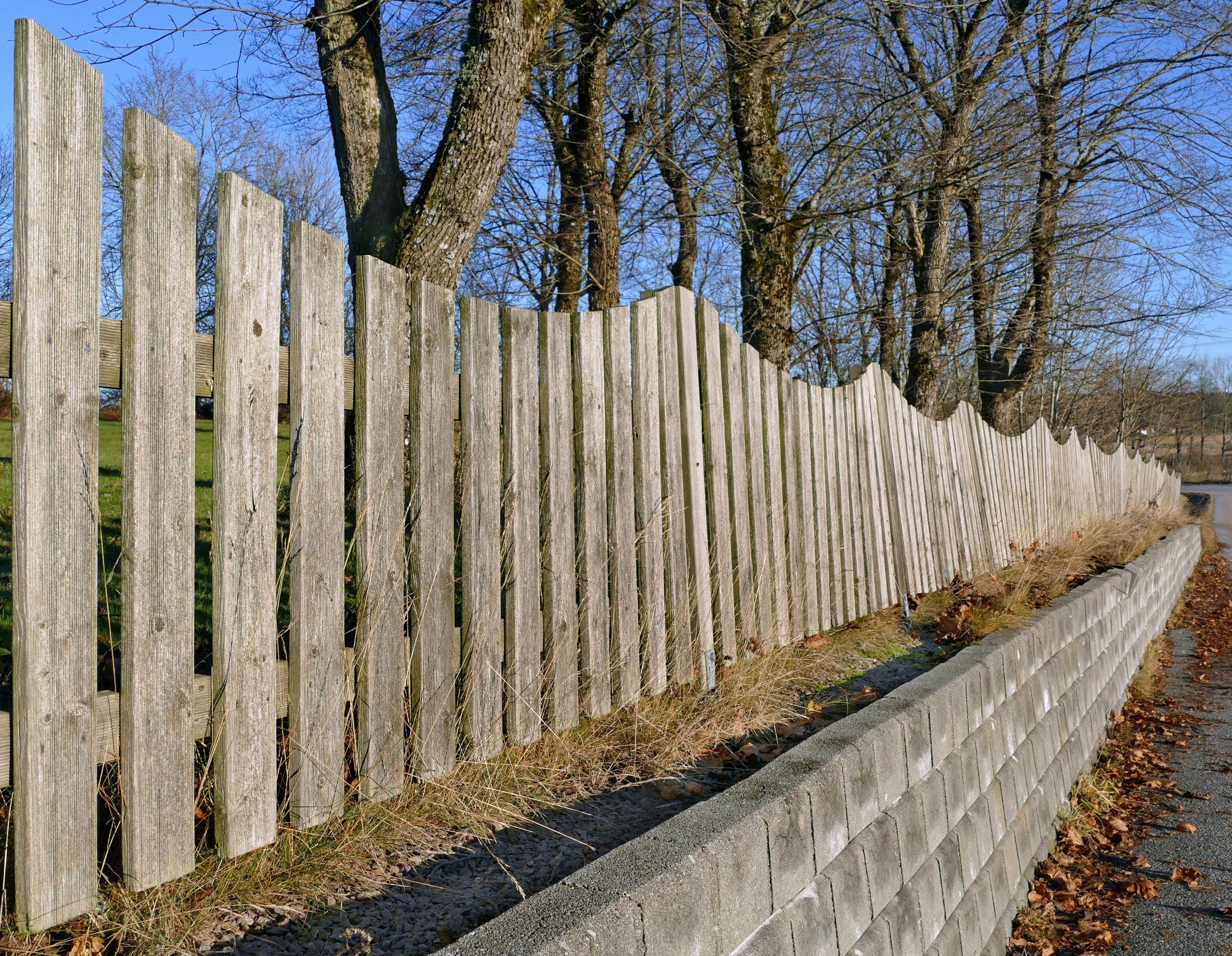 hight resolution of wavy fence on a wall