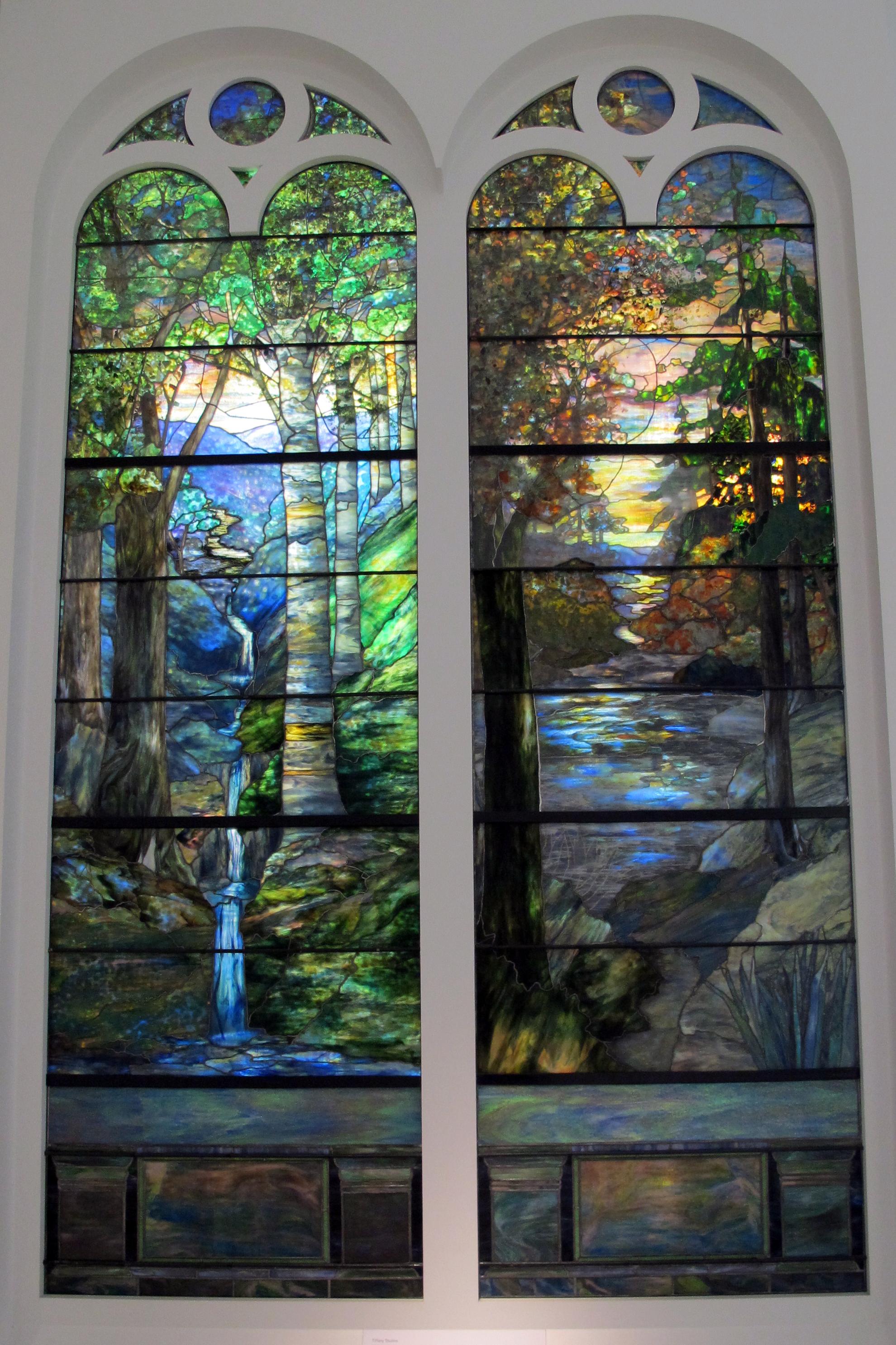 FileStudi tiffany vetrate con alba nella foresta a