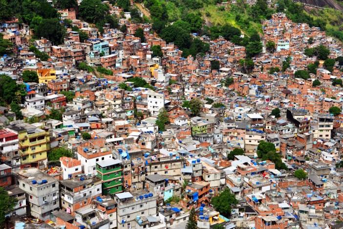 favela da rocinha, moradia dos estranhos e da sujeira da ordem