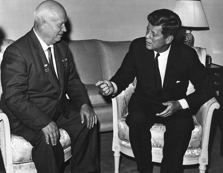 Archivo:John Kennedy, Nikita Khrushchev 1961.jpg