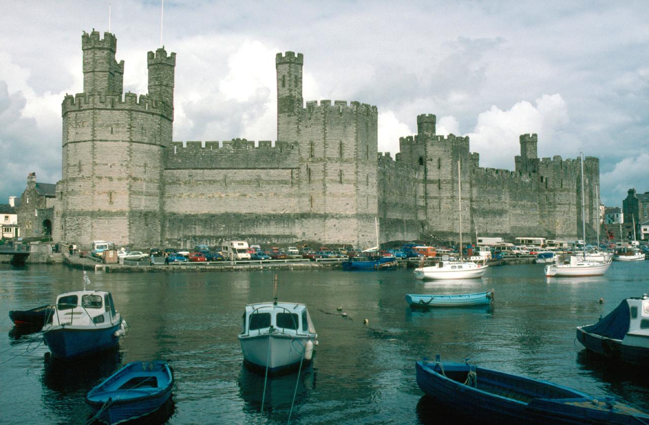 https://i0.wp.com/upload.wikimedia.org/wikipedia/commons/8/80/North_Wales_Caernarfon_Castle.jpg