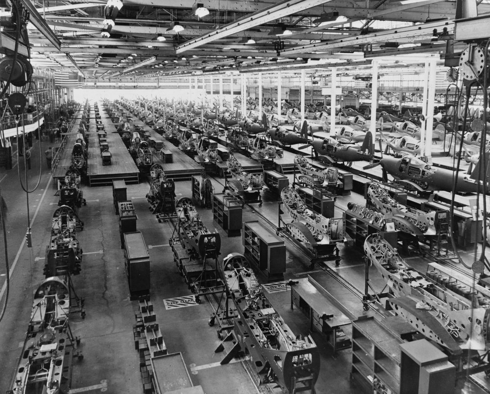 medium resolution of the assembly plant of the bell aircraft corporation in 1944 note parts of overhead crane at both sides of photo near top
