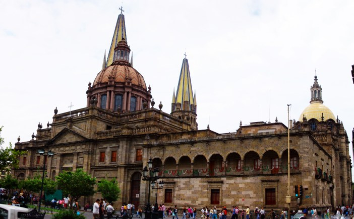 Catedral de Guadalajara por Elias Garcia-Ortiz from Guadalajara, Mexico (Catedral metropolitana de Guadalajara) [CC BY-SA 2.0 (http://creativecommons.org/licenses/by-sa/2.0)], via Wikimedia Commons