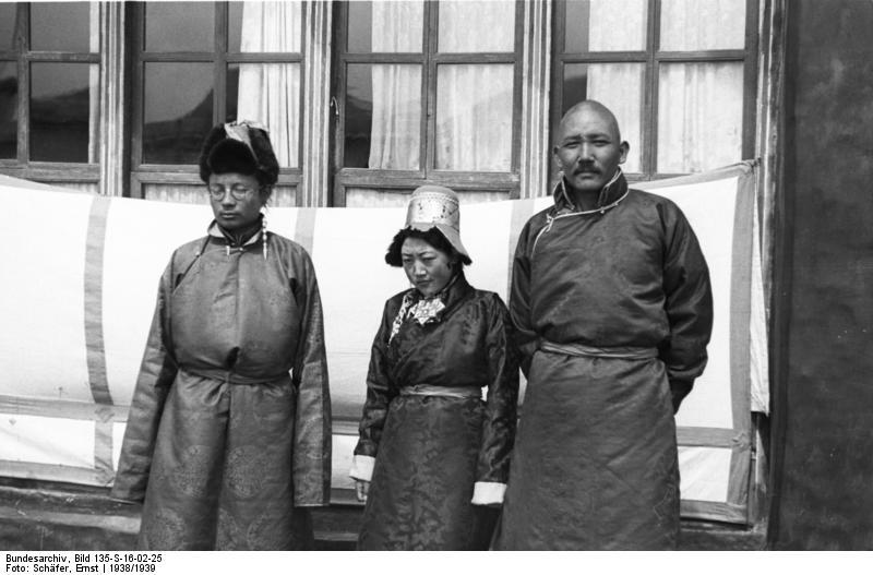 Madame Lungshar et Möndo (à droite) en 1938 - Wikicommons