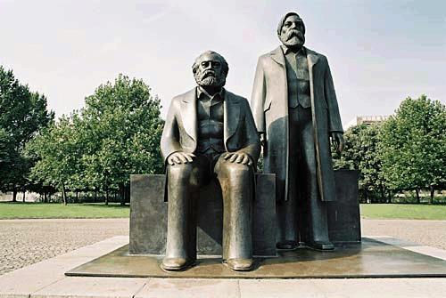 https://i0.wp.com/upload.wikimedia.org/wikipedia/commons/8/85/Marx-Engels-Forum01.jpg
