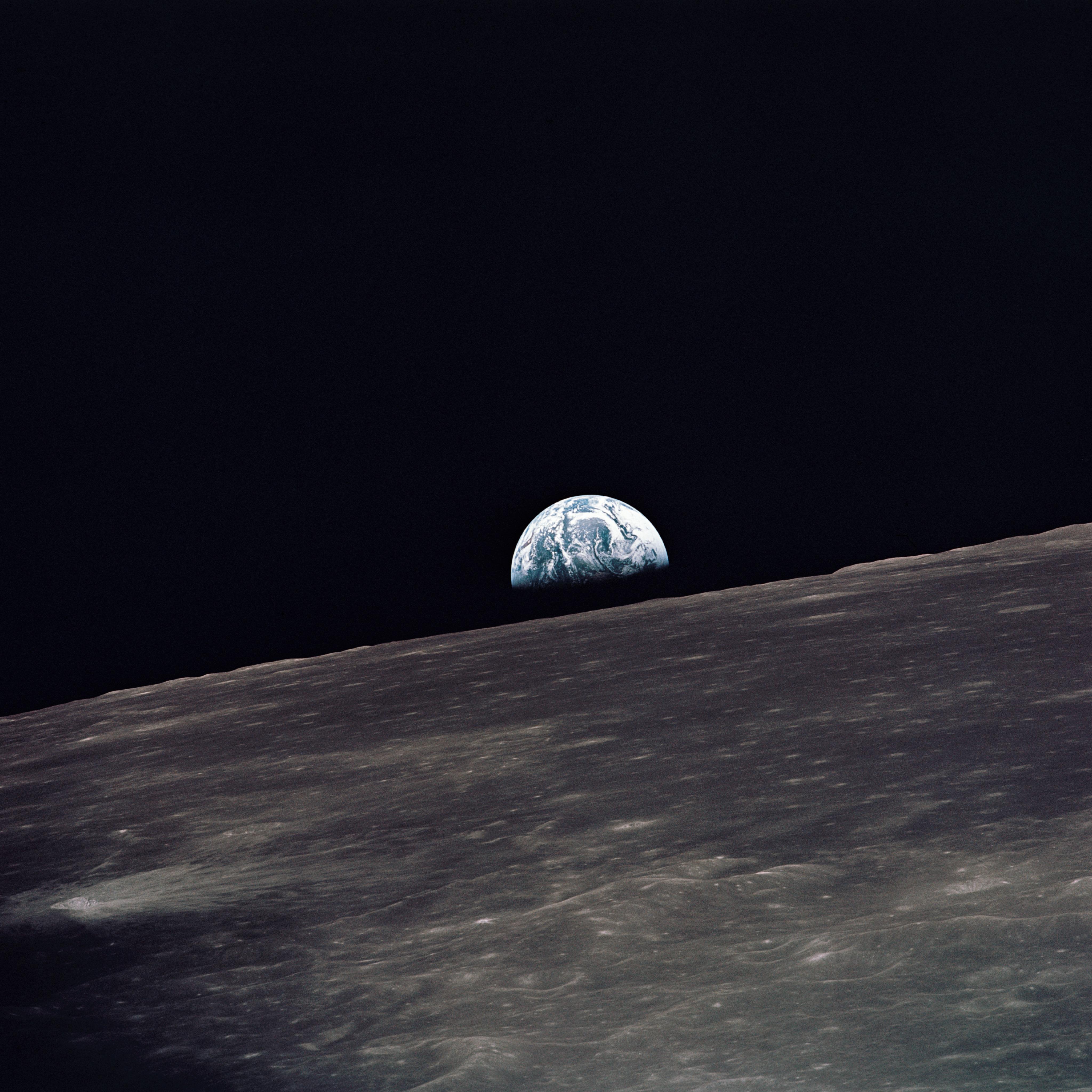 अपोलो १० द्वारा चन्द्रमा पर पृथ्वी उदय