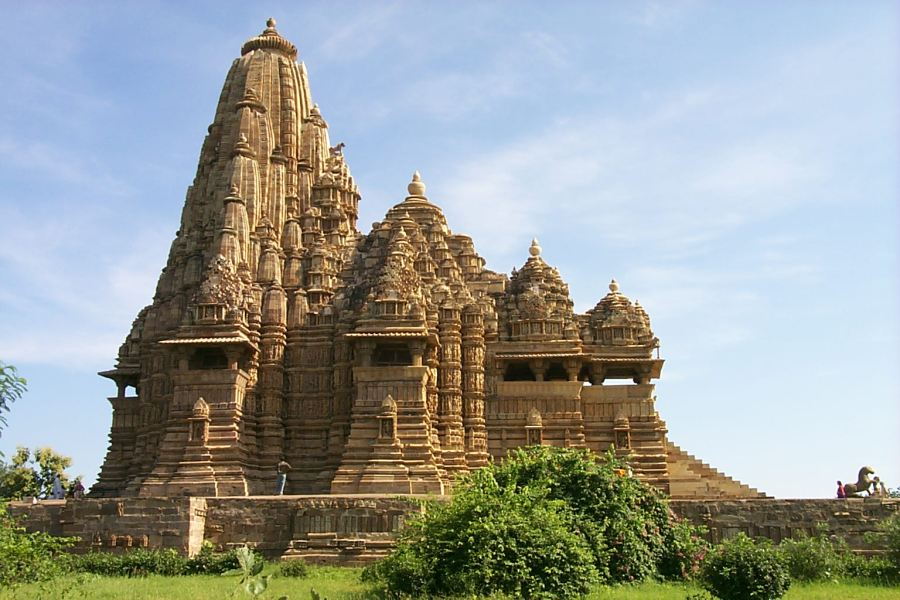 https://i0.wp.com/upload.wikimedia.org/wikipedia/commons/8/89/Khajuraho_-_Kandariya_Mahadeo_Temple.jpg?resize=900%2C600&ssl=1