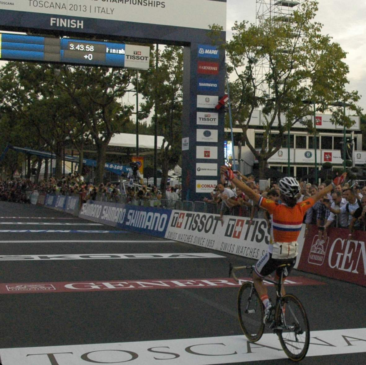 https://i0.wp.com/upload.wikimedia.org/wikipedia/commons/8/89/Marianne_Vos_winning_the_women%27s_road_race_at_the_2013_UCI_Road_World_Championships_%283%29.jpg