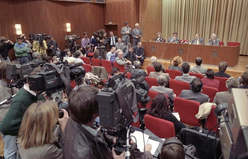 Bundesarchiv Bild 183-1989-1109-030, Berlin, Schabowski auf Pressekonferenz.jpg