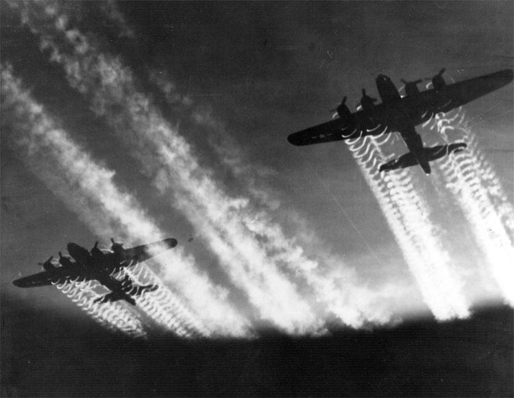 Due B-17 in volo sullEuropa Orientale. Immagine di dominio pubblico.
