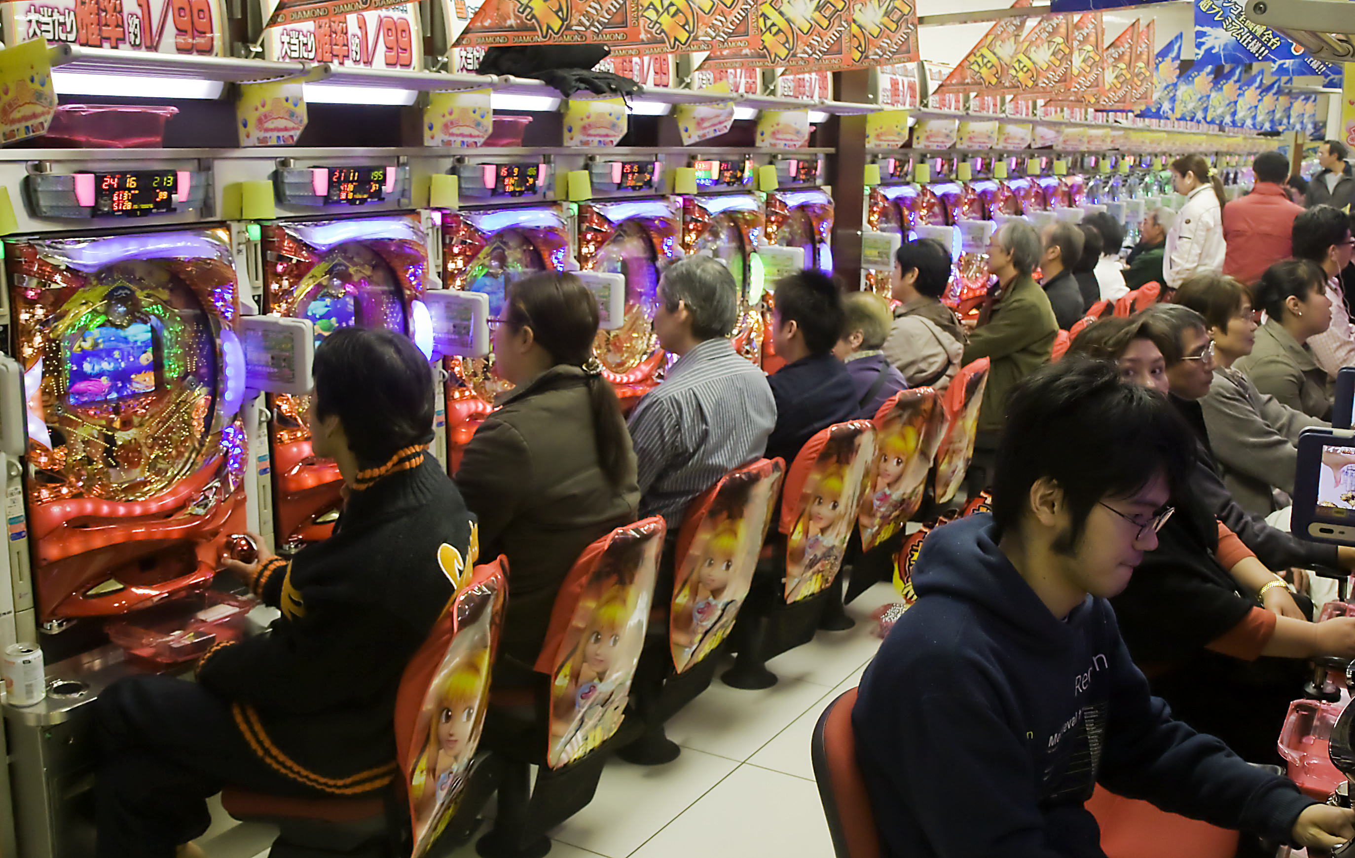 https://i0.wp.com/upload.wikimedia.org/wikipedia/commons/8/8b/Pachinko_parlour.jpg