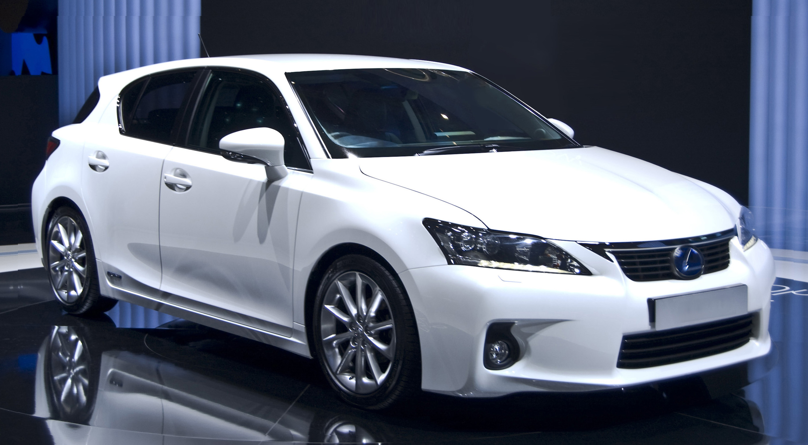 File Lexus CT200h side Wikimedia mons