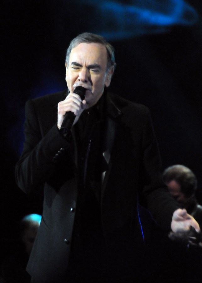English: Neil Diamond performing at the Roundh...