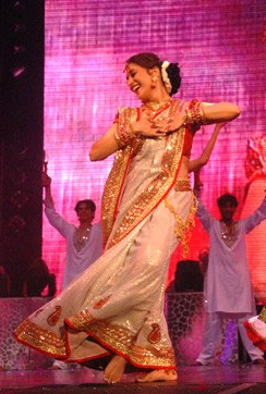 English: Indian actress Madhuri Dixit dancing ...