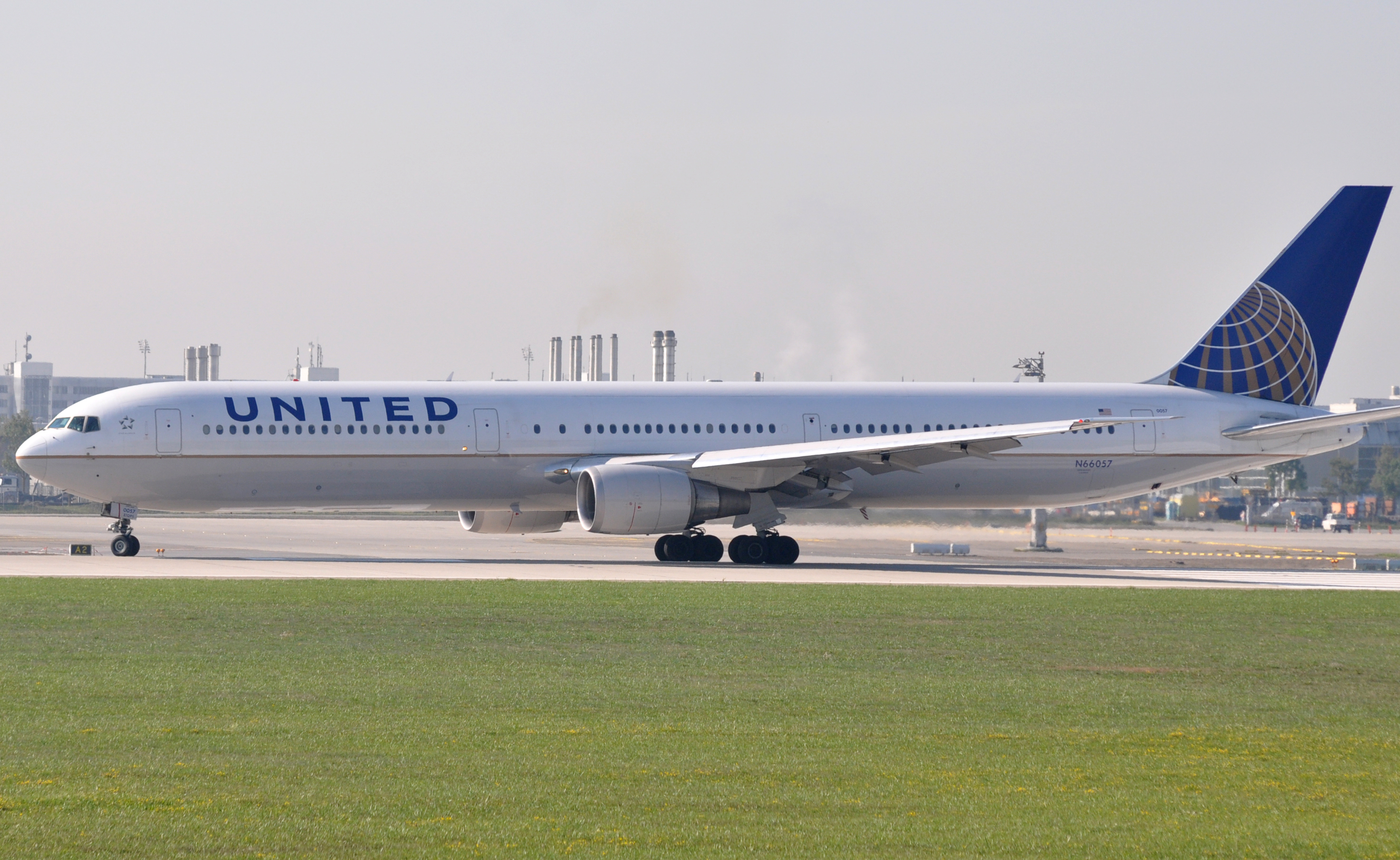 File:United Airlines Boeing 767-400.jpg - Wikimedia Commons