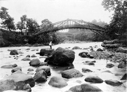 Jembatan bambu melintasi Ci Liwung di daerah Batutulis, Bogor (Buitenzorg). Sumber: http://commons.wikimedia.org/
