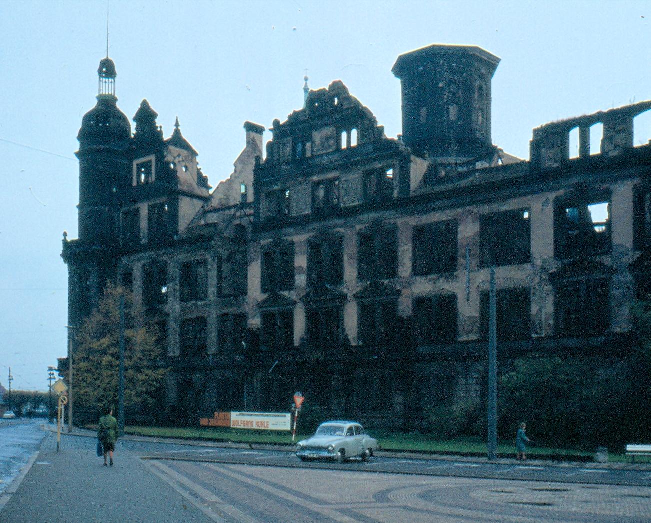 https://i0.wp.com/upload.wikimedia.org/wikipedia/commons/9/92/Dresdner_Schloss_DDR-Zustand_nachbearbeitet.jpg