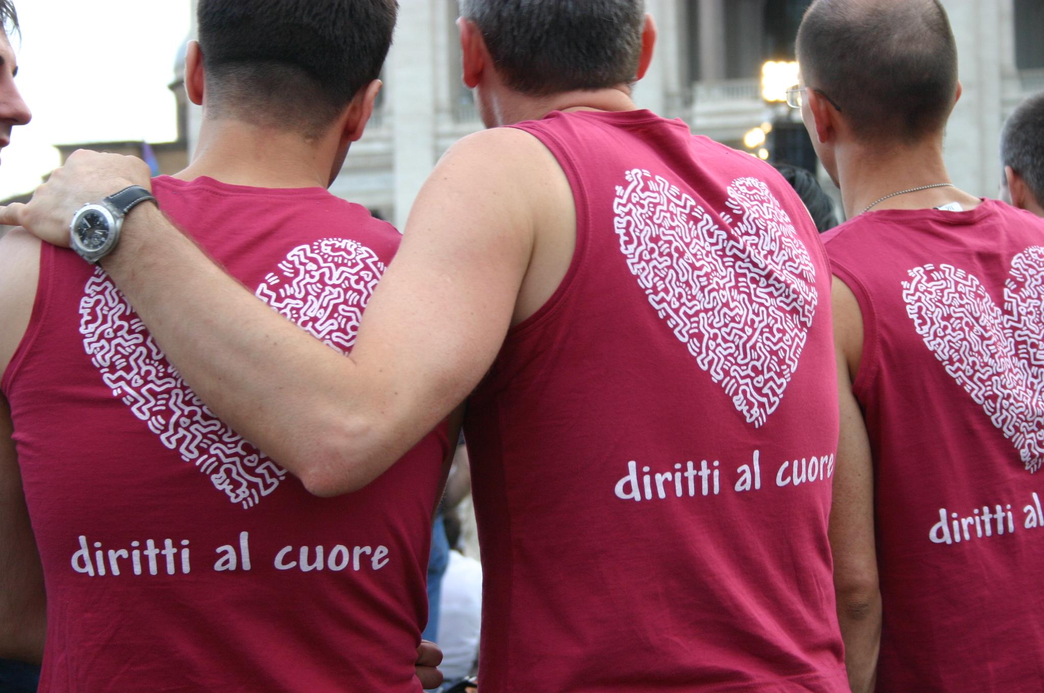 https://i0.wp.com/upload.wikimedia.org/wikipedia/commons/9/93/Diritti_al_cuore_-_Gay_Pride_di_Roma,_16-6-2007_-_Foto_Giovanni_Dall%27Orto.jpg
