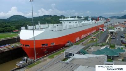 Navío Talisman, tipo PANAMAX, en tránsito por una de las Esclusas de Miraflores, Canal de Panamá por Mario Roberto Duran Ortiz