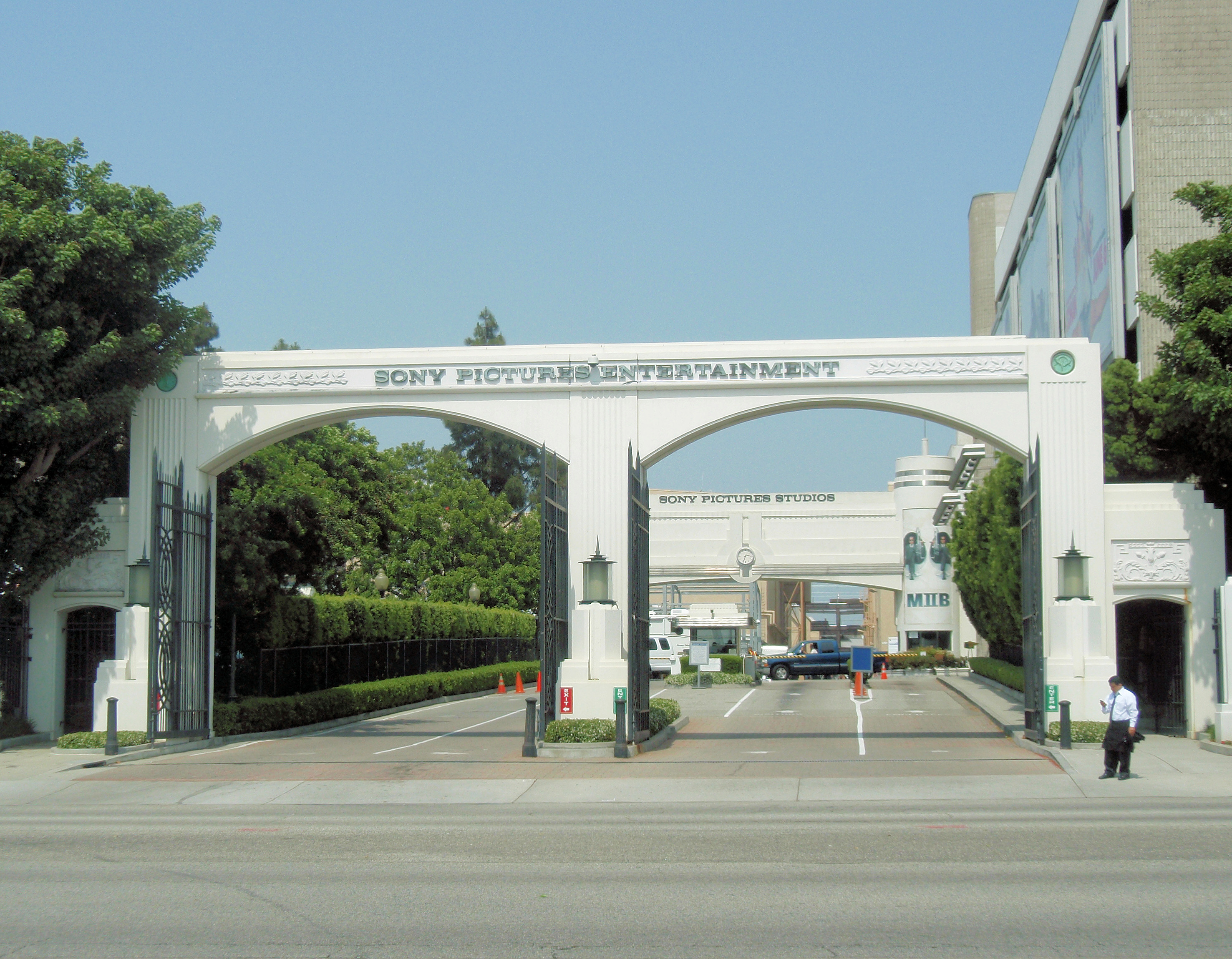 https://i0.wp.com/upload.wikimedia.org/wikipedia/commons/9/94/Sony_Pictures_Entertainment_entrance_1.jpg