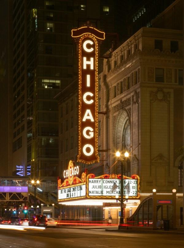 File Chicago Theatre - Wikimedia Commons
