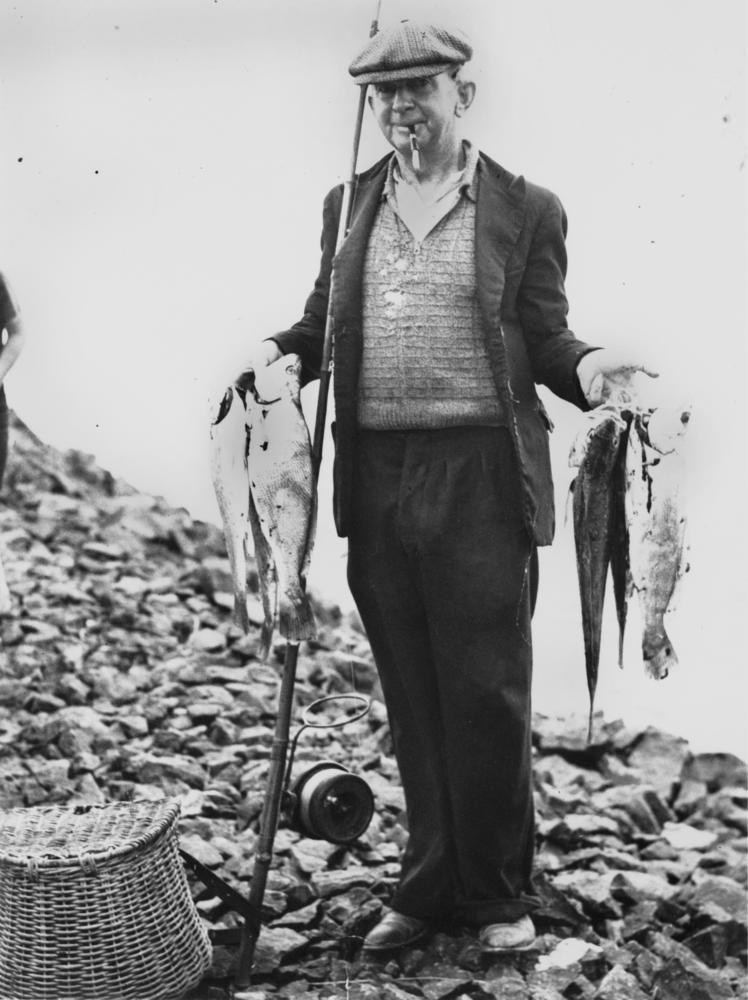 FileStateLibQld 1 114632 Fisherman displaying his catch