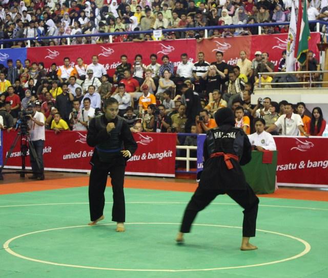 Laga Final Pencak Silat Putri Kelas E Kg Kg Pada Sea Games Xxvi Indonesia  Di Sebelah Kiri Amelia Roring Indonesia Medali Emas Vs Siti Rahmah