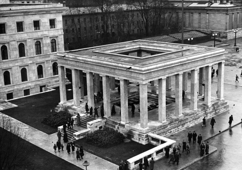 Administrative building of the Nazi Party and the southern temple of honor at the Königsplatz square.