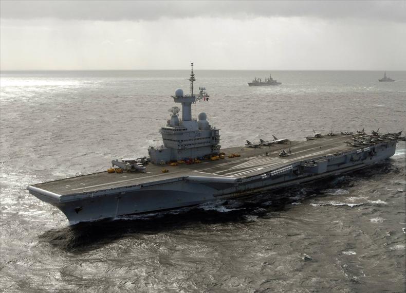 Fichier:Charles De Gaulle (R91) underway 2009.jpg