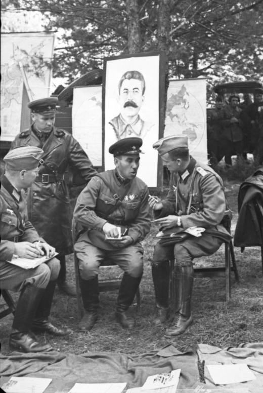 German and Soviet soldiers in Brest, 1939.