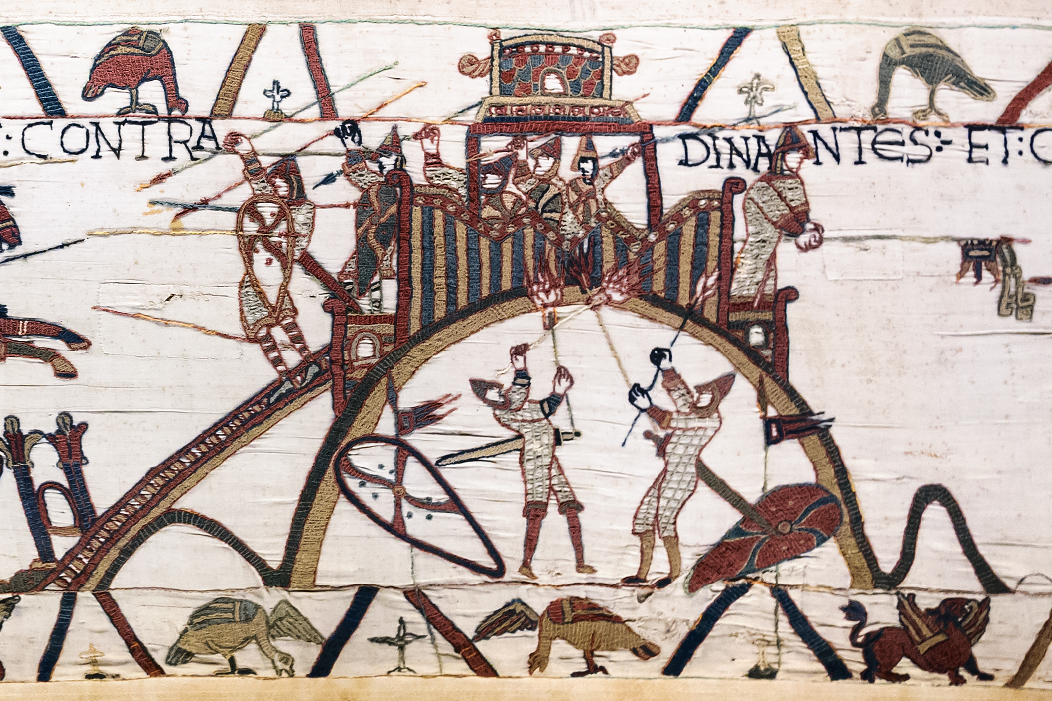 The first wooden fortifications: fortified mound of Dinan (Brittany), from the Bayeux Tapestry.