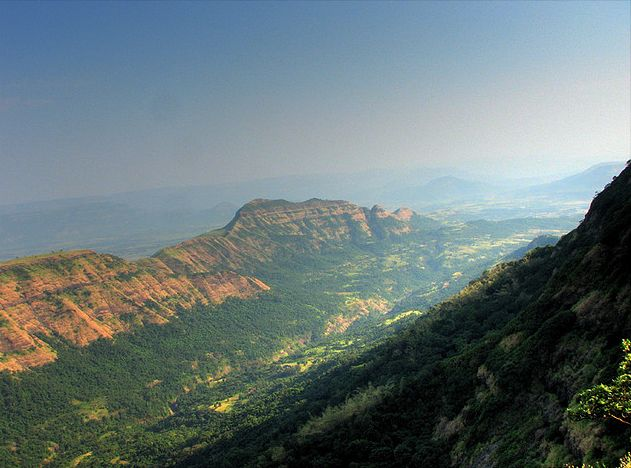 https://i0.wp.com/upload.wikimedia.org/wikipedia/commons/9/9c/Deccan_Traps_Matheran.jpg