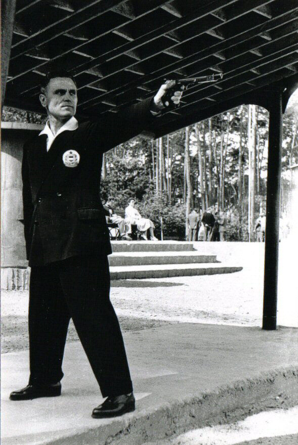 Takács Károly shooting with his left hand.