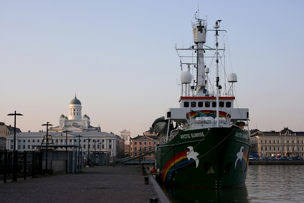 English: Greenpeace ship Arctic Sunrise alongs...