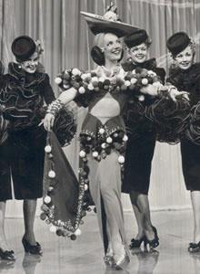 d34367a05 كارمن ميراندا في عصابة كل شيء هنا. في عام 1946 ، كانت الممثلة الأعلى أجرا في  الولايات المتحدة.