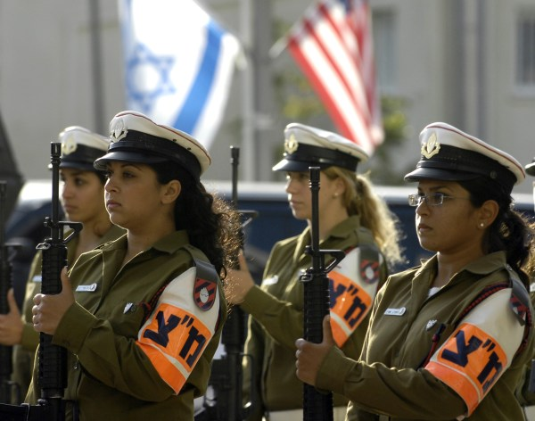 https://i0.wp.com/upload.wikimedia.org/wikipedia/commons/a/a0/Israeli_military_police_women_stand_in_formation_during_an_honor_cordon_ceremony_for_Secretary_of_Defense_Robert_M._Gates_in_Tel_Aviv.JPEG?resize=600%2C472&ssl=1