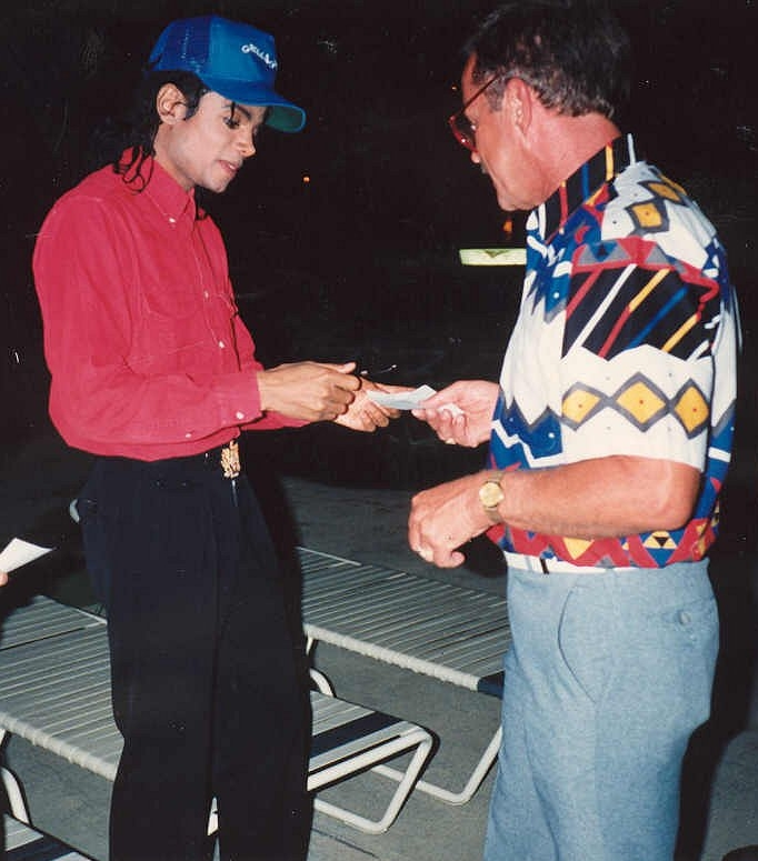 https://i0.wp.com/upload.wikimedia.org/wikipedia/commons/a/a1/Michael_Jackson_gives_autographCropped.jpg