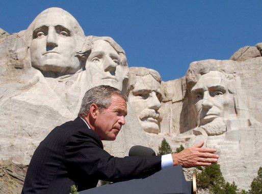 https://i0.wp.com/upload.wikimedia.org/wikipedia/commons/a/a3/Bush_at_Mount_Rushmore.jpg