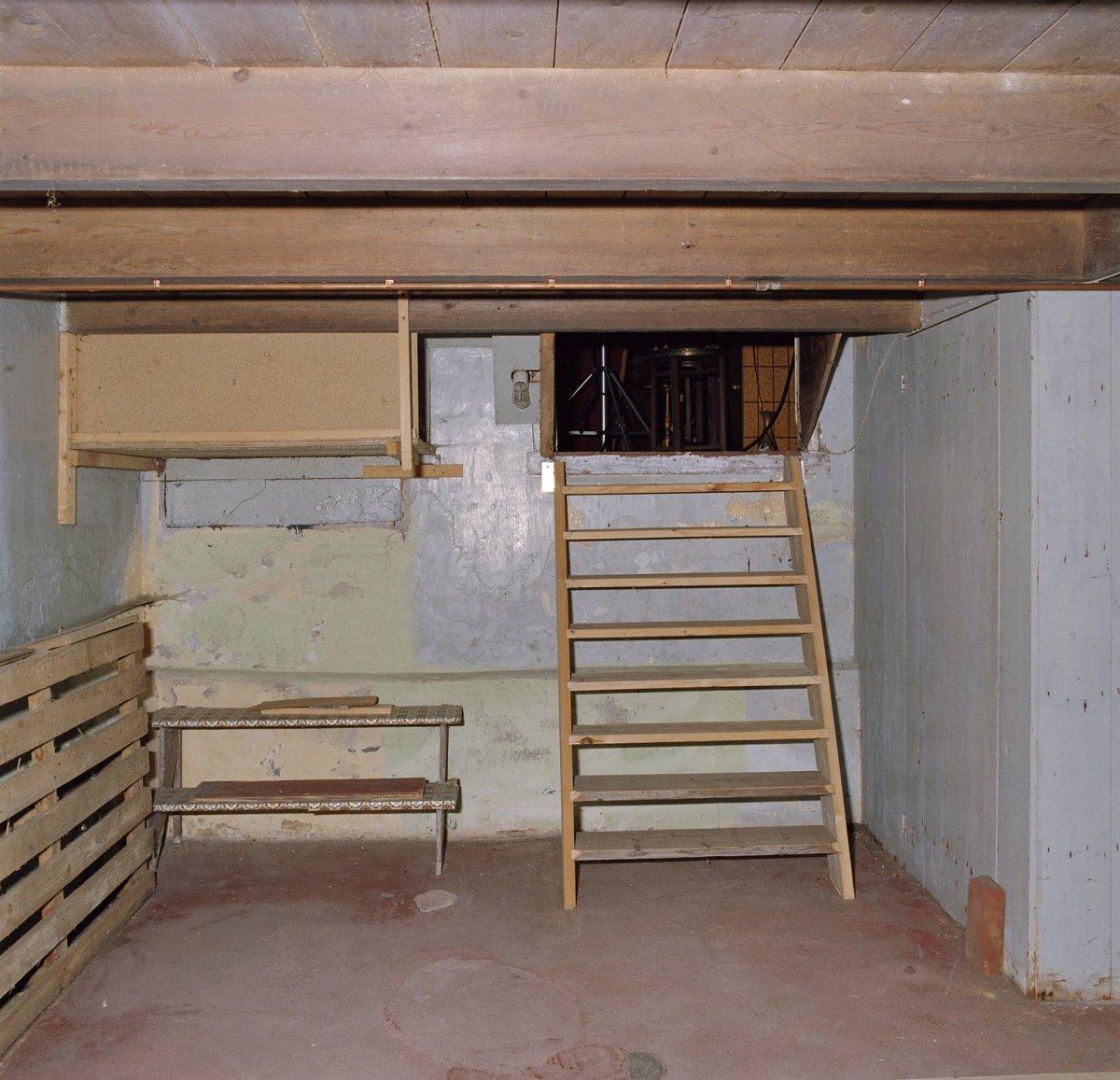 FileInterieur overzicht kelder met trap naar de