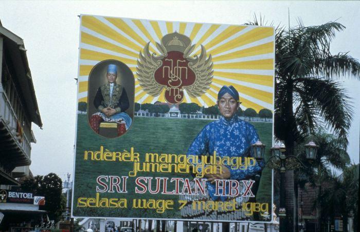 Berkas:COLLECTIE TROPENMUSEUM Aankondiging van de inhuldiging van Sultan Hamengku Buwana X op 7 maart 1989 TMnr 20017999.jpg
