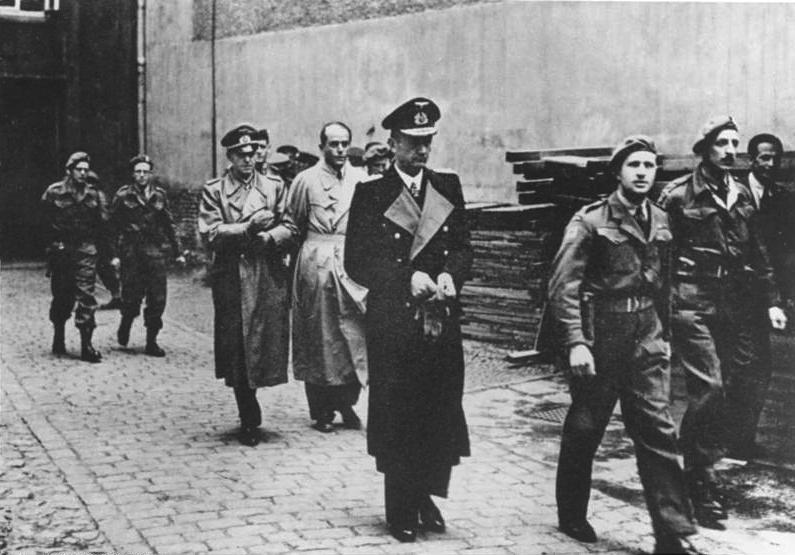 File:Bundesarchiv Bild 146-1985-079-31, Verhaftung von Dönitz, Speer und Jodl.jpg