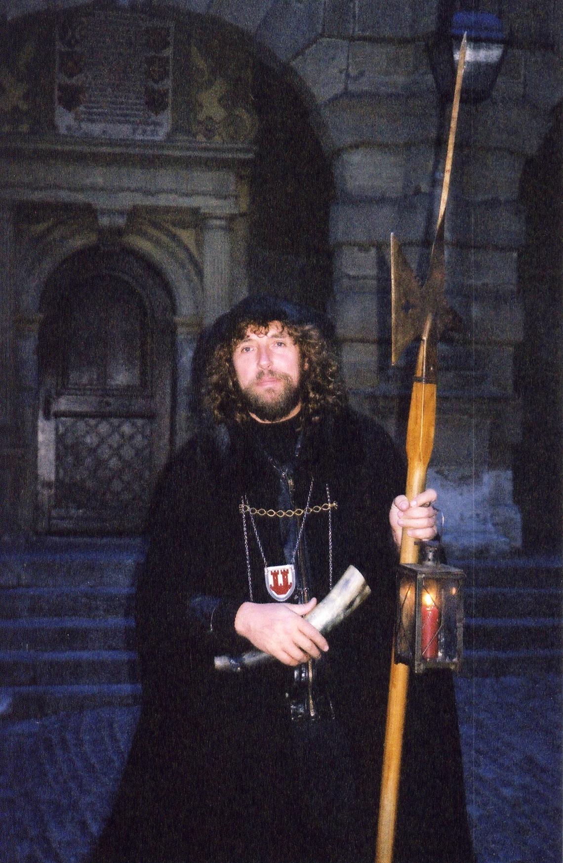 Mittelalterlicher Nachtwächter, der täglich Führungen durch Rothenburg ob der Tauber anbietet.