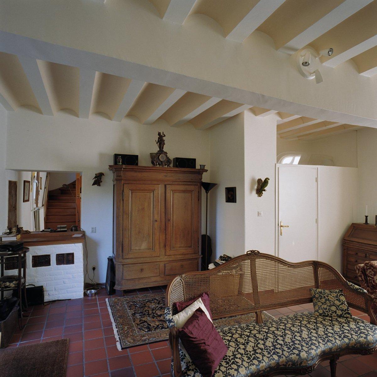 FileInterieur overzicht woonkamer met balken plafond
