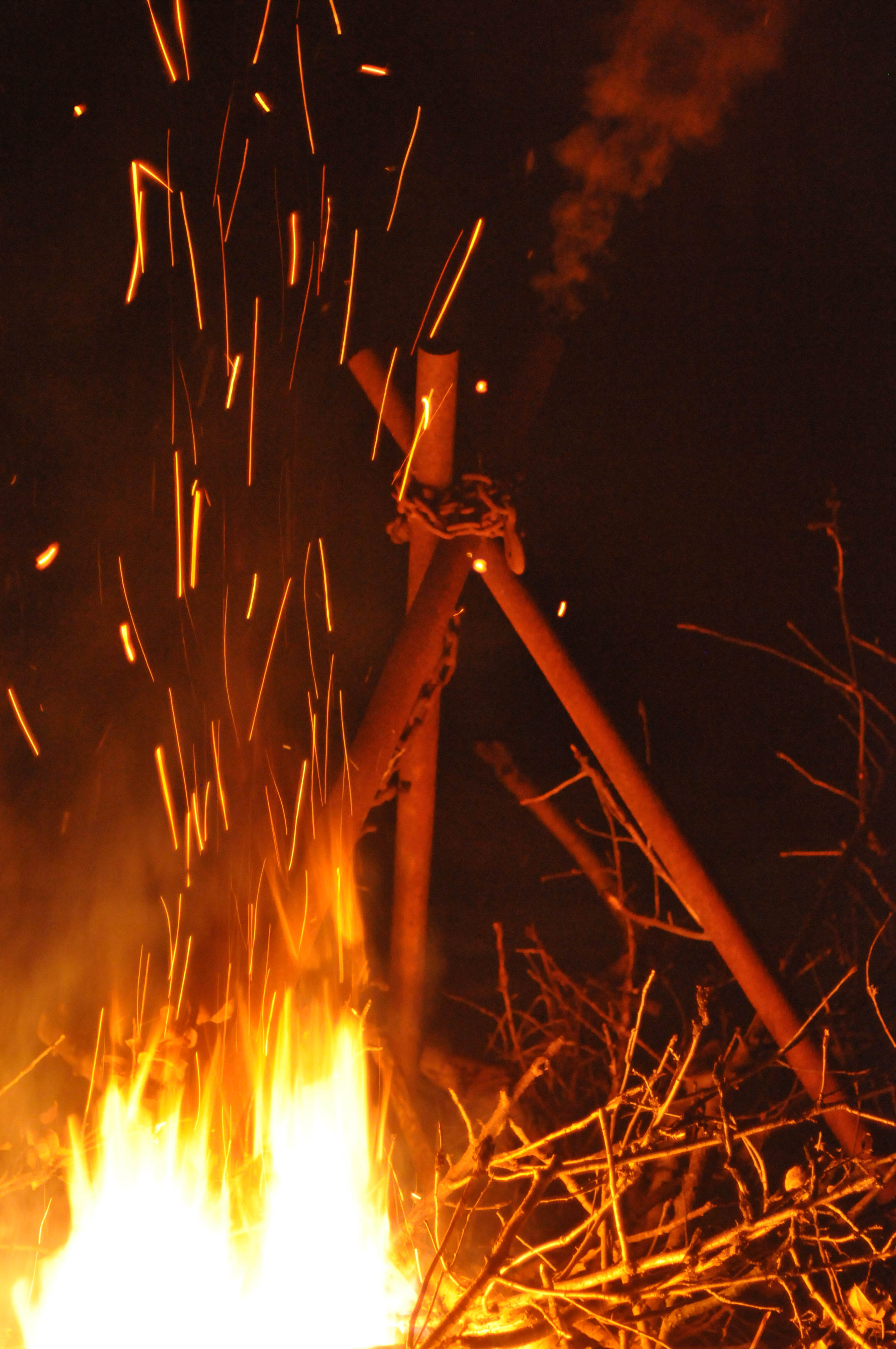 https://i0.wp.com/upload.wikimedia.org/wikipedia/commons/a/ac/Christmas_bonfire.jpg