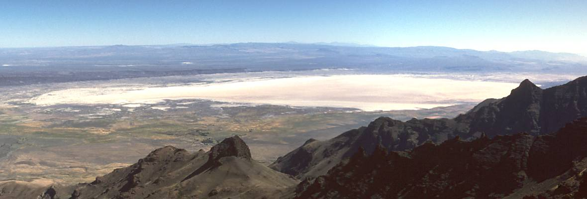 English: The Alvord Desert playa, looking sout...