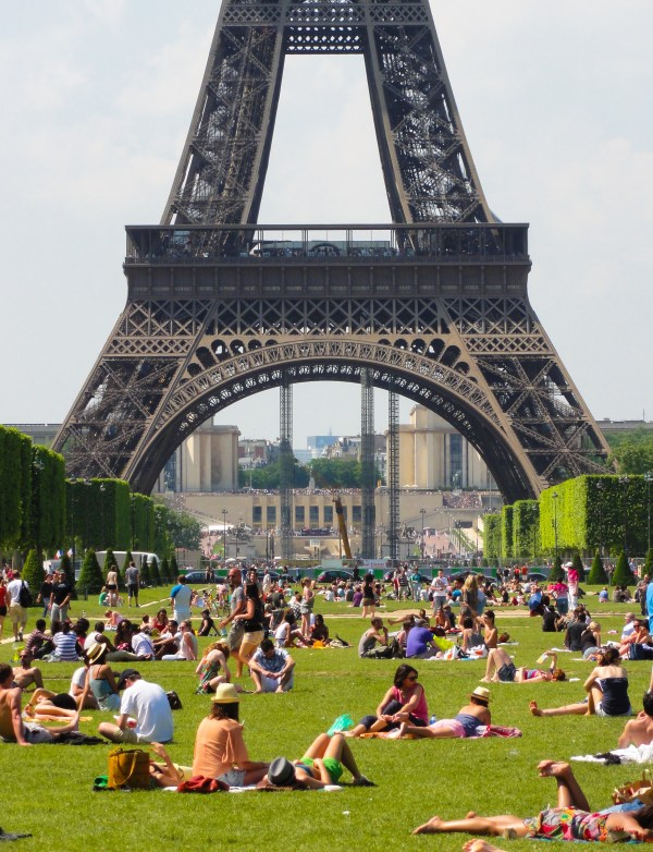 File Sunbath Champ-de-mars Paris 27 2012