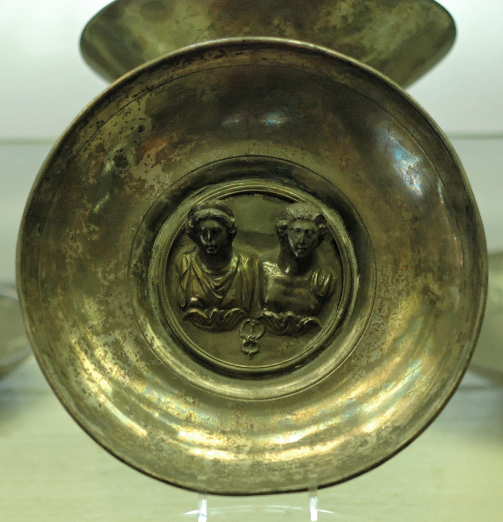 Maia und Merkur auf der Schale von Aelius Eutychus, von  Marie-Lan Nguyen, Public Domain