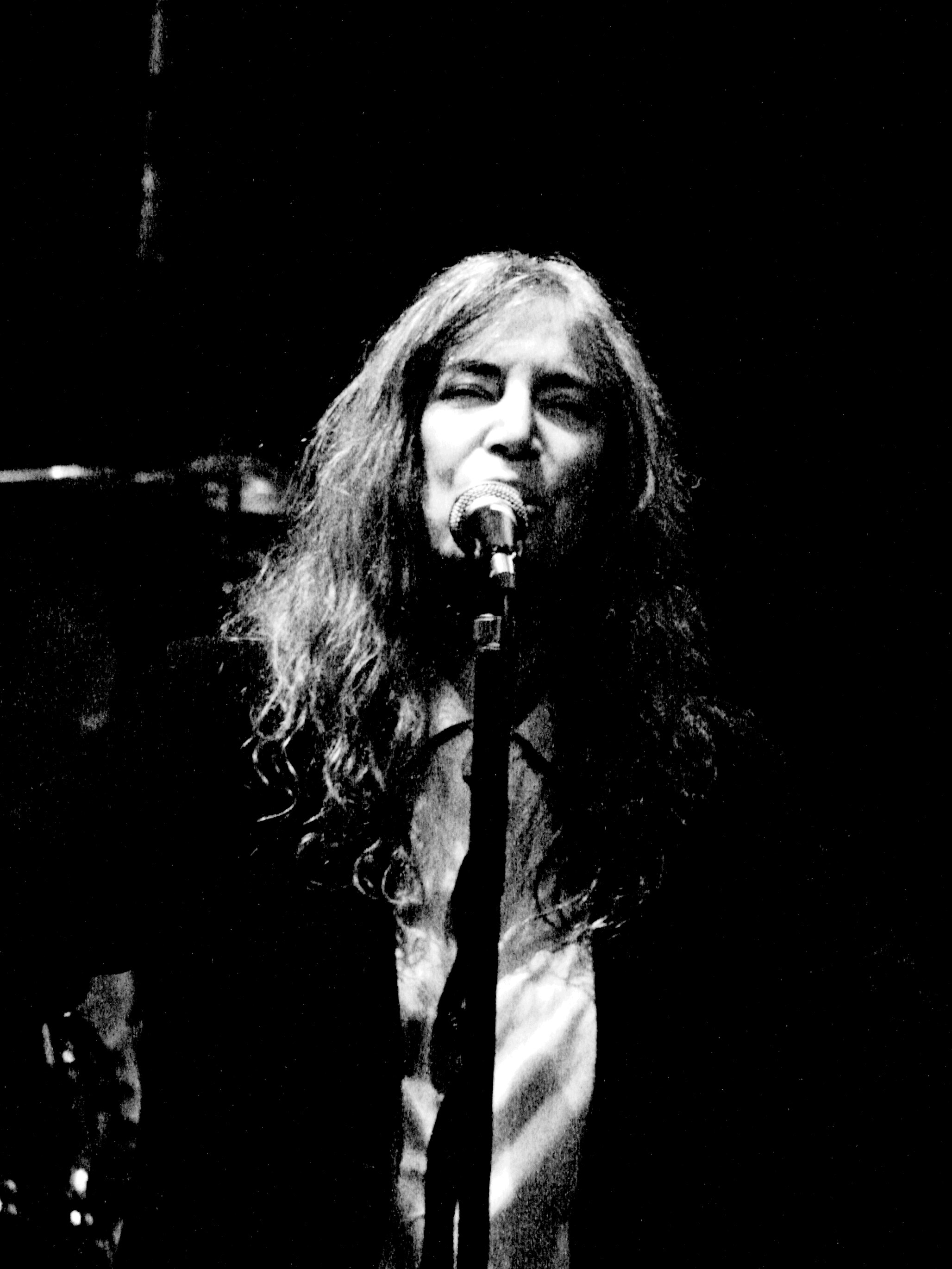https://i0.wp.com/upload.wikimedia.org/wikipedia/commons/a/af/Patti_Smith_performing_at_Roundhouse%2C_London_%283%29.jpg