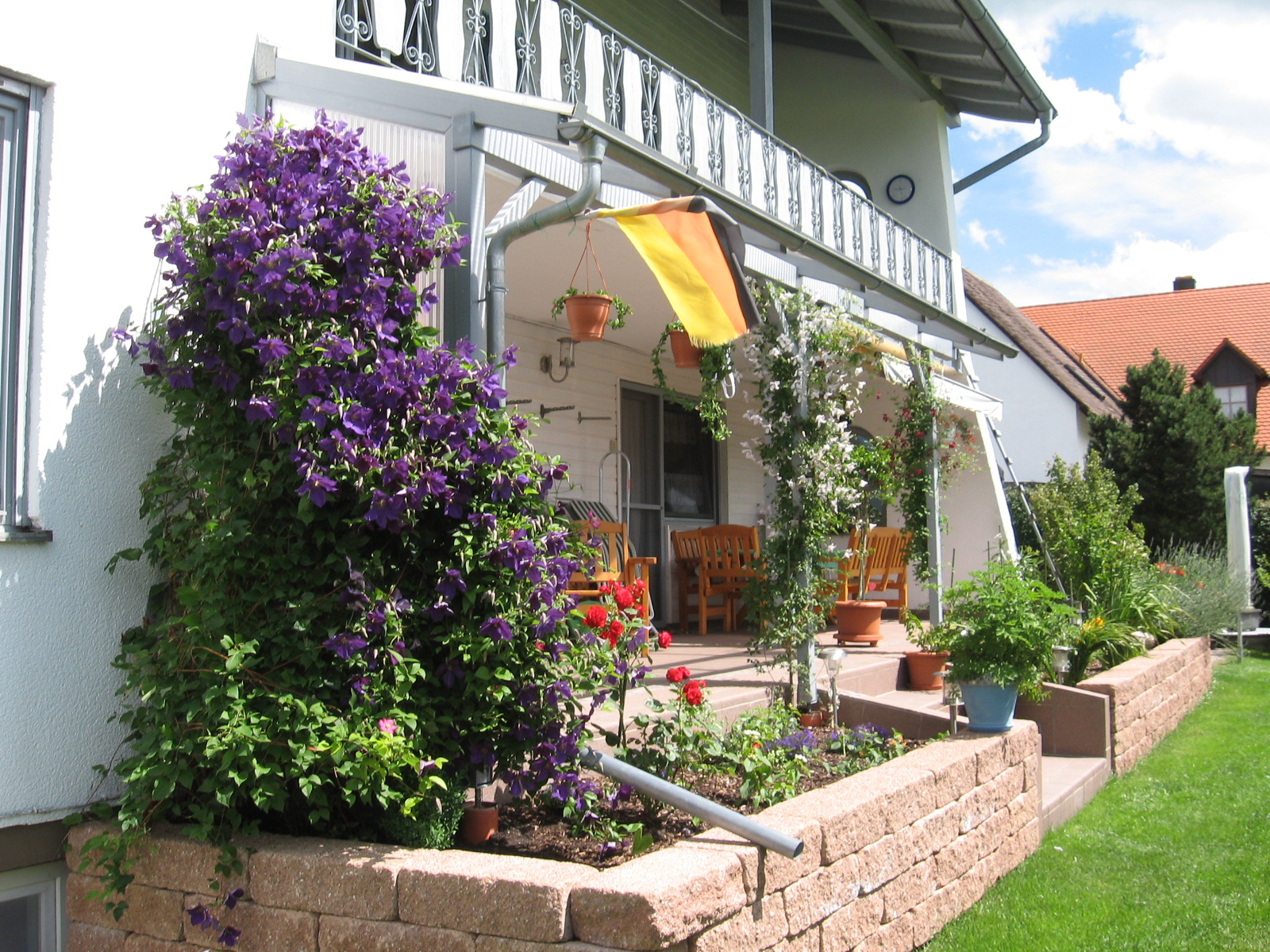 terrasse mit blumen - meuble garten, Gartengerate ideen